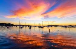 Boote und Tagesanbruch in der Ufergegend lizenzfreies stockfoto