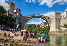 Boote und Touristen unter Stari höchst in Mostar Stockfotos