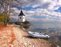 Boote und Turm bei Liptovska Mara, Slowakei Lizenzfreies Stockbild