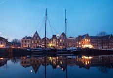 Boote und typische holländische Häuser Lizenzfreies Stockfoto