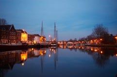 Boote und typische holländische Häuser Lizenzfreie Stockfotos