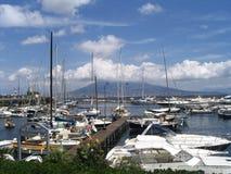 Boote und vulkan Stockfotos