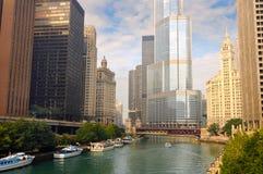 Boote und Wolkenkratzer auf dem Chicago-Fluss Lizenzfreie Stockfotos