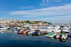 Boote und Yachten auf ruhigem blauem Meer mit Wolke Stockfotos