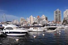 Boote und Yachten in der Bucht Stockfoto