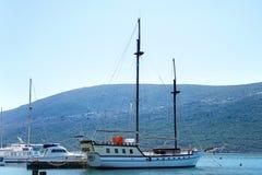 Boote und Yachten in einer Bucht von adriatischem Meer Stockfoto