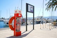 Boote und Yachten in einer Bucht von adriatischem Meer Stockbild