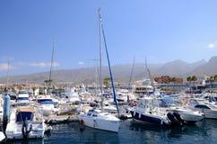 Boote und Yachten im Puerto-Doppelpunktyachtclub in Costa Adeje auf Teneriffa Lizenzfreie Stockfotografie