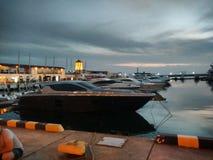 Boote und Yachten im Seehafen in Sochi stockbild