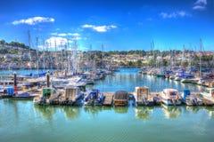 Boote und Yachten machten im Jachthafen mit klarem blauem Himmel und Wolken in HDR wie Malerei fest Stockbild
