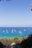 Boote und Yachten verankert nah an dem Seeufer in der blauen Lagune Lizenzfreies Stockbild