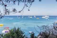 Boote und Yachten verankert nah an dem Seeufer in der blauen Lagune Stockfoto