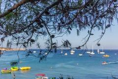Boote und Yachten verankert nah an dem Seeufer in der blauen Lagune Stockfotografie