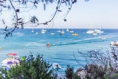 Boote und Yachten verankert nah an dem Seeufer in der blauen Lagune Lizenzfreie Stockfotos