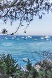 Boote und Yachten verankert nah an dem Seeufer in der blauen Lagune Lizenzfreie Stockfotografie