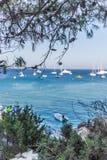 Boote und Yachten verankert nah an dem Seeufer in der blauen Lagune Stockbild