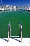 Boote und Yachten verankerten im Duquesa Kanal in Spanien auf dem Costade Lizenzfreie Stockfotos