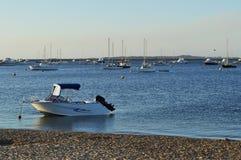 Boote und yatchs in der Bucht bei Abendsonnenuntergang Stockfotos