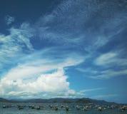 Boote unter dem Himmel lizenzfreies stockfoto