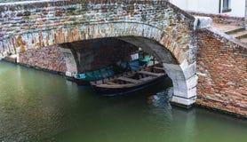Boote unter der Brücke in Comacchio, Italien stockfotografie