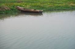 Boote verankern auf der Ufergegend Stockfotos