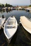 Boote verankern im Hafen am 30. Juli 2016 in Desenzano del Garda, Italien stockfotografie