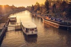 Boote verankert auf dem Begumfluß mit den Leuten, die den Sonnenuntergang genießen lizenzfreies stockbild