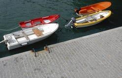 Boote verankert durch Kaianlagen Lizenzfreie Stockfotos