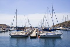Boote verankert in einem Jachthafen Stockfotos