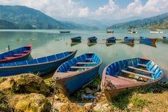 Boote verankert an einem Ufer Stockbilder