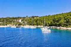 Boote verankert in einer schönen Bucht stockfotos