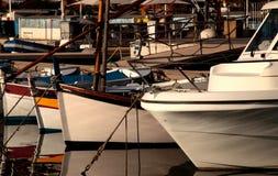 Boote verankert am Hafen Lizenzfreie Stockfotos