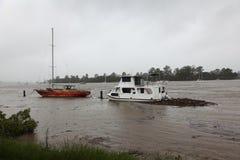Boote verankert im Brisbane-Fluss während der Überschwemmung Lizenzfreie Stockfotos