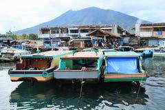 Boote verankert im Hafen in Bitung stockfotos