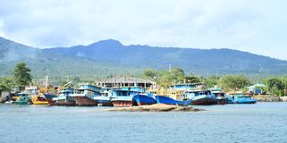 Boote verankert im Hafen in Bitung stockbild