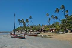 Boote verankerten auf tropischem Strand Lizenzfreie Stockfotografie