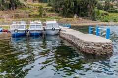 Boote verankerten an einem Pier auf Amantani-Insel im Titicaca See, PET stockbild
