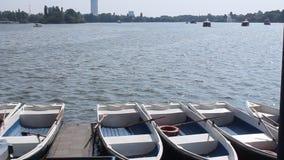 Boote verankerten zum Ufer Stockfotos