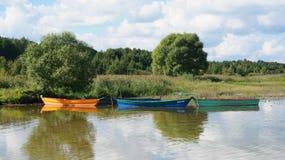 Boote verankerten zum Ufer stockbild