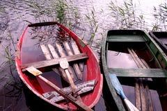 Boote voll des Wassers stockfotografie