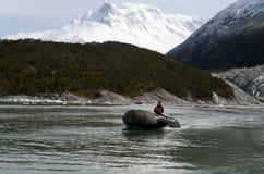 Boote vom Schiff über Australis in der Bucht des Pia-Gletschers stockfotografie