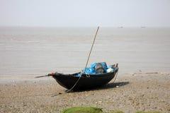 Boote von den Fischern bei Ebbe angeschwemmt im Schlamm auf der Küste des Golfs von Bengalen Lizenzfreies Stockbild