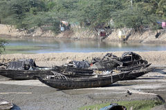 Boote von den Fischern bei Ebbe angeschwemmt im Schlamm auf der nahen einmachenden Stadt Fluss Maltas, Indien Lizenzfreies Stockfoto