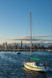 Boote vor den Melbourne-Skylinen Stockfotos