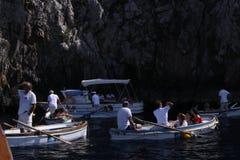 Boote, welche auf die Grotte auf Capri warten stockfotografie