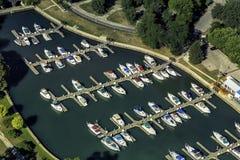 Boote in wenigem Hafen, Vogelperspektive Stockfotografie