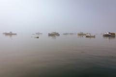 Boote werden im Hafen auf einem nebeligen Morgen festgemacht Lizenzfreies Stockbild