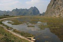 Boote wurden festgemacht am Rand von einem Fluss in der Landschaft nahe Hanoi (Vietnam) Lizenzfreie Stockfotos