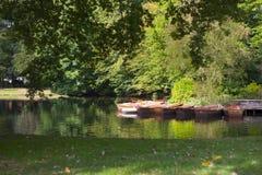 Booteauf einem ziet im Park Royalty-vrije Stock Afbeeldingen