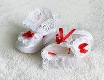 2 bootees белых детей, ботинки с красными лентами Стоковое Изображение RF